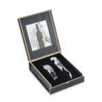 HKW6008 2 PIECE WINE OPENER & POURER ENSEMBLE Material :Metal Dimensions: 13.5 x 11.5 x 5 cm. Packaging :wooden gift box